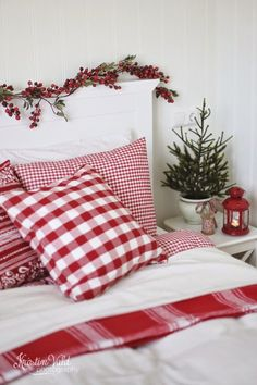 25 Christmas Bedroom Decor Ideas for a Cozy Holiday Bedroom! These fabulous Christmas bedroom decor ideas will help get your home ready for the holiday season! Here's how to decorate a bedroom for Christmas. Cozy Christmas, Scandinavian Christmas, Country Christmas, All Things Christmas, Christmas Holidays, White Christmas, Christmas Entryway, Scandinavian Interior, Beautiful Christmas