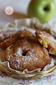 FRITTELLE DI MELE DELLA NONNA3 mele golden 120 gr farina 120 ml latte 1 uovo 1 cucchiaio di zucchero        olio di semi per friggere zucchero a velo  Procedimento: Sbucciate le mele e tagliatele a fette. Se avete il leva torsolo ancora meglio, se invece come me non lo avete, togliete il torsolo con la punta di un coltello. Dividete il tuorlo dall'albume. Montate il tuorlo con lo zucchero per qualche secondo poi unite il latte e la farina e mescolate bene in modo