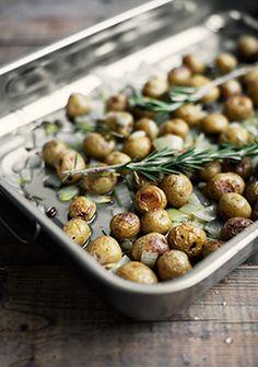 Pommes de terre grelots confites au romarin et au citron Confort Food, Fat Foods, Vegetable Recipes, Side Dishes, Food Porn, Food And Drink, Appetizers, Cooking Recipes, Salads
