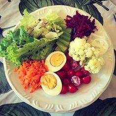 """17.8 mil curtidas, 233 comentários - Daniel Cady (@danielcady) no Instagram: """"Saladão de domingo! Alface, cenoura, beterraba, tomate cereja, couve-flor, cebola, abacate e ovo…"""" Healthy Meal Prep, Healthy Drinks, Healthy Cooking, Healthy Snacks, Healthy Eating, Cooking Recipes, Clean Eating, Comidas Fitness, Vegetarian Recipes"""