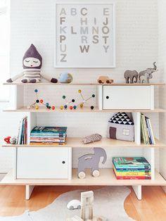 Estante de criança com brinquedos
