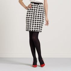 Houndstooth skirt + red slingback kitten pumps = must have ! Classic Outfits, Cute Outfits, Houndstooth Skirt, Love Fashion, Womens Fashion, Fall Outfits For Work, Autumn Winter Fashion, Fall Fashion, Fall Winter