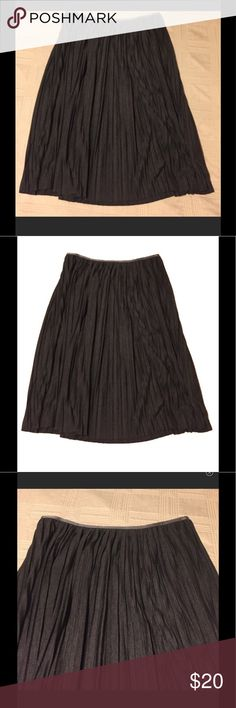 Grey knit pleated midi skirt Has silver stretchy waist. Very comfortable skirt. Perfect for fall and winter. In excellent used condition. Only worn once. No stains or holes. Banana Republic Skirts Midi