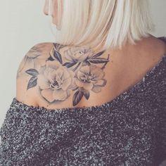 Rücken Schulter Tattoo Ideen für die Frau – Melissa Barry – Back Shoulder Tattoo Ideas for the Woman – Melissa Barry – – Back Shoulder Tattoo Ideas for the Woman – Melissa Barry Simple Shoulder Tattoo, Shoulder Tattoos For Women, Back Tattoo Women, Feminine Shoulder Tattoos, Flower Tattoos On Shoulder, Shoulder Sleeve Tattoos, Feminine Tattoos, Flower Side Tattoos Women, Tattoo On Back