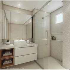 Banheiro branquinho com nichos amadeirados. Armários no espelho.