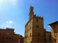 Piazza dei Priori. Volterra [ Cielo Azzurro] #baccoreunionvolterra