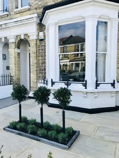 Sympathetic Victorian front garden design Balham London All green and color… Victorian Homes, Patio Layout Design, House Front, Small Front Gardens, Front Garden Path, Victorian Front Garden, Terrace House Exterior, London House