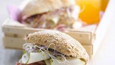 Broodje met ham, peer, Cambozola en luzerne
