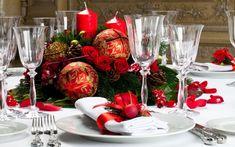 weiße Stoffservietten mit roten Schleifen und Adventskranz