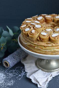 Dans ce gâteau vous trouverez bien évidemment des crêpes, mais aussi de la crème mousseline pralinée, comme pour un Paris-Brest...