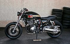 A garage for special motorcycles and cafe racers Suzuki Cafe Racer, Inazuma Cafe Racer, Cafe Racer Bikes, Suzuki Gsx 750, Xjr 1300, Stunt Bike, Vw Cars, Scrambler, Custom Bikes