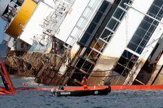 Mitarbeiter des Spezialunternehmens überwachen die Hebung des Schiffes. © Tony Gentile/Reuters