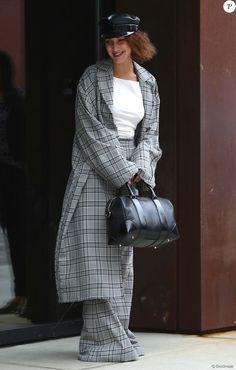 Bella Hadid photographiée à New York le 5 juin 2017, porte un trench-coat et un pantalon Zimmermann (collection automne 2017), une casquette Ruslan Baginskiy et un sac Givenchy.