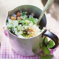 Bulgur-Kichererbsen-Salat mit Kräutern Rezept | Ein köstlicher Sommer-Salat, der schnell zubereitet ist und satt macht. Man kann ihn sofort essen, fein schmeckt er aber auch, wenn man ihn noch etwas durchziehen lässt.