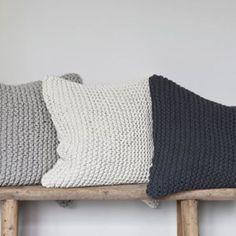 New in! Herlig putetrekk i grov strikk fra svenske @tellmemoregbg ♡ Har den på lager i offwhite og mørk grå. (www.designbazaar.no)