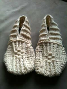 DIY Knitting Pattern - Japanese House Slippers. @HealthyKids HappyMama ~ Andrea you might like these too :-)