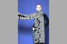 """Schal """"Moma"""", 2004 Designshop Nationalgalerie Berlin, reine Merino Wolle, gestrickt, Foto: Marion Schult"""