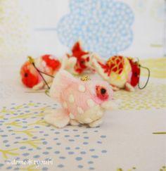 羊毛フェルトで作ったピンポンパールストラップです。小さいですが、鱗やエラなど細かく表現されています!ほっぺがほんのり赤いです♪これからの季節にぴったりな春らし... ハンドメイド、手作り、手仕事品の通販・販売・購入ならCreema。 Fuzz, Goldfish, Creema, Needle Felting, Handmade, Hand Made, Craft, Red Fish
