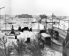 Зимний вид на бывшую площадь Кайзера Вильгельма I. 1957 г. На постаменте памятника Отто фон Бисмарку уже установлен бюст Суворова, справа проходит Ленинский проспект. На заднем плане - Лавочный мост, остров Кнайпхоф и далее слева Биржа.)