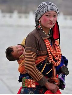 Tibet Mother and child Costume Ethnique, Beautiful People, Beautiful Women, Baby Kind, Happy Baby, Mother And Child, Mothers Love, World Cultures, People Around The World