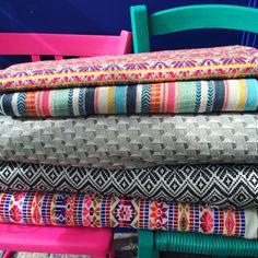 Jacquards pour coudre des vestes, jupes, coussins, cabas ou pochettes à retrouver sur henryethenriette.com Friendship Bracelets, Let It Be, Sewing, Skirts, Jackets, Clutch Bags, Throw Pillows, Fabrics, Needlework