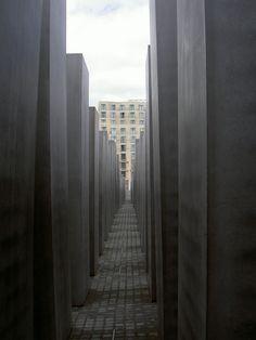 Berlino. Il Denkmal fur die Ermodeten Juden. Il monumento che Berlino dedica alle vittime dell'Olocausto. Non si può rimanere indifferenti addentrandosi tra i blocchi di cemento che lo compongono. Mi fa commuovere ogni volta.