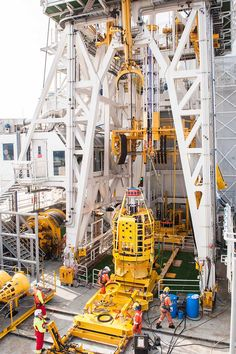 Lower lubricator package moving into the derrick to be made up to subsea lubricator string