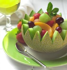 Fresh fruit salad is an instant favorite whether served for brunch or as a snack. Delicious seasonal fruit is tossed with lemon juice to keep it crisp and zesty,and marinated in apple juice. The result is an easy and healthy dish bursting with flavor. Easy Healthy Recipes, Healthy Drinks, Healthy Eating, Healthy Foods, Healthy Fruits, Yummy Recipes, Diet Foods, Healthy Salads, Easy Meals