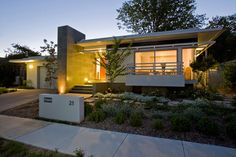 New house with mid century vibe. TT Architecture | Crowley House
