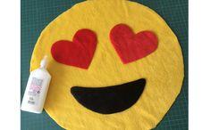 <p>Confira passo a passo simples e barato para ter um emoji como parte da decoração</p>