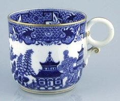 lavishshoestring.com/Royal Worcester porcelain cup decorated with blue willow pattern; 1879
