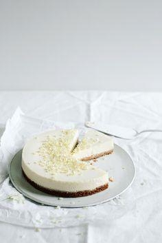Ein blumig frischer Cheesecake gesüßt mit Holunderblütensirup.