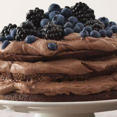 Näyttävä suklaamoussekakku.