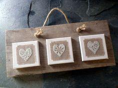 een stuk hout, wat jute om op te borduren, kleine canvasdoeken  en een stuk strotouw