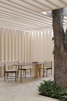 Casa Cor SP Otto Felix reinventa o conceito de casa de campo. Sala de estar minimalista com árvore integrada. Diy Bedroom Decor, Diy Home Decor, Interior Exterior, Interior Design, Temporary Architecture, Concept Home, Stone Flooring, Home Studio, Interior Inspiration