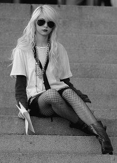 "Taylor Momsen Photos - Actress Taylor Momsen films ""Gossip Girl"" at the Metropolitan Museum of Art on Ave. - Taylor Momsen Filming 'Gossip Girl' In New York Gossip Girl Jenny, Gossip Girls, Estilo Gossip Girl, Gossip Girl Fashion, Jenny Humphrey, Taylor Momsen Style, Taylor Momsem, Streetwear, Rocker Style"