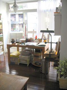 Vista da minha mesa de trabalho by Zoopress studio, via Flickr
