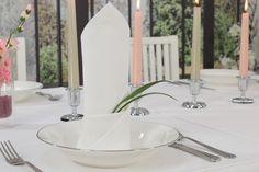 Reinweiße Servietten sind ein schöner Hingucker für die Hochzeit oder Kommunion. Weiß steht in vielen Kulturkreisen für Reinheit und Unschuld.