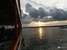 O passeio de catamarã para apreciar o pôr do sol da Praia do Jacaré é uma das opções para se fazer durante um tour de um dia em João Pessoa na Paraíba.  Geralmente as saídas de Natal (Rio Grande do Norte) acontecem às terças sextas e sábados dependendo da operadora de turismo.  http://ift.tt/2iYbDIJ  #mundoafora #dedmundoafora #travel #viagem #tour #trip #travelblogger #travelblog #braziliantravelblog #blogdeviagem #rbbviagem #instatravel #blogueirorbbv #blogueirosdeviagem #mtur #vivadeperto…