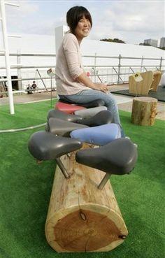 Log bench with bicycle seats. / Un banc avec un tronc et des selles de vélos..., ça roule !
