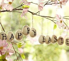 Happy Easter! Kirjoita pääsiäistervehdys englanniksi, suomeksi tai muulla kielellä pajunoksista tai verhotangosta riippuviin muniin ja pääsiäistunnelma on valmis!