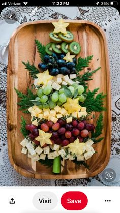 Christmas Tree Cheese Board - Muy Bueno Cookbook - Christmas Food, Crafts and Decorations - Appetizers for party Christmas Snacks, Christmas Brunch, Xmas Food, Christmas Cooking, Christmas Goodies, Holiday Treats, Christmas Fun, Christmas Playlist, Christmas Cheese