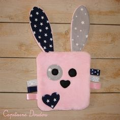 Doudou lapin plat en polaire tout doux : Jeux, peluches, doudous par capitaine-doudou Sewing Toys, Sewing Crafts, Baby Sewing Projects, Baby Couture, Fabric Toys, Creation Couture, Practical Gifts, Creative Gifts, Crochet Toys
