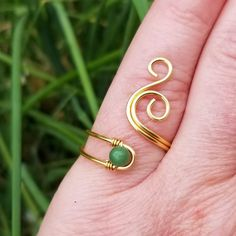 This beautiful, handcrafted spiral ring displays the free spirited outlook of the gypsy and is made out of high quality non-tarnish coated copper wire and a beautiful green Verdite stone. Delicate and free spirited, this boho statement ring is sure to get many admiring glances!Name: Whale SpoutSIZING: You can choose from sizes 3 to 14!STONE: Verdite - Stimulates the heart, solar plexus, sacral and root chakra. Can be used to reveal both deceit and truth of a relationship trust or distrust issue. Diy Wire Jewelry Rings, Diy Beaded Rings, Handmade Wire Jewelry, Wire Rings, Wire Wrapped Rings, Handmade Rings, Jewlery, Hippie Rings, Gypsy Rings