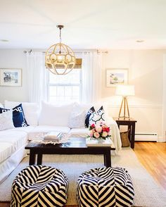 Nautical-inspired living room   Photo: @leilabrewster
