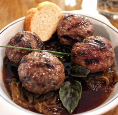 Almôndegas assadas de carne ao molho de uva (R$ 28) do novo Ovo e Uva, bar de vinhos em Pinheiros