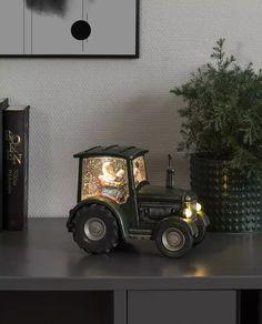 Nydelig, tung vannfylt lykt med integrerte varmhvite LED lyskilder og glitter som minner oss om gamle dager og gir oss den magiske følelsen av julen som står for tur. Lykten er i form av en bonde med nisseskjegg i en grønn traktor og er utstyrt med vifte slik at du skal slippe å riste den hver gang du ønsker den i gang. I tillegg til dette har lykten timer, slik at den automatisk slår seg av etter 5 timer. Nespresso, Coffee Maker, Kitchen Appliances, Home, Design, Tractor, Coffee Maker Machine, Diy Kitchen Appliances, Coffee Percolator