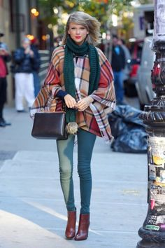 Taylor Swift wears a teal scarf, a plaid poncho, skinny jeans, red leather boots, and a top-handle bag. Another of my fav outfit! Taylor Swift Outfits, Taylor Swift Moda, Estilo Taylor Swift, Taylor Alison Swift, Taylor Swift Style Casual, Taylor Swift Clothes, Taylor Swift Skinny, Taylor Swift Fashion, Red Taylor