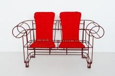 Divano LADY by Anacleto Spazzapan  Il divano LADY è realizzato con tondino metallico di 9mm verniciato bordeaux su cui vengono agganciati due jolly estraibili.