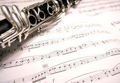 Em um experimento com crianças com idade entre 8 e 10 anos, foram encontradas evidências de que aulas de música melhoram o desempenho em leitura, português e matemática.